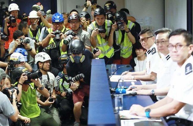 manifestacion ejemplar en hong kong policia conferencia de prensa