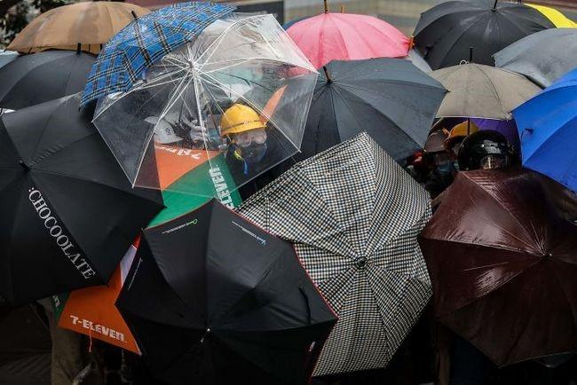 manifestacion ejemplar en hong kong sombillas gas lacrimogeno