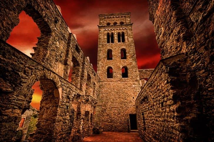 ruinas bajo un cielo rojo