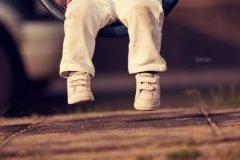 zapatos de un niño en un columpio