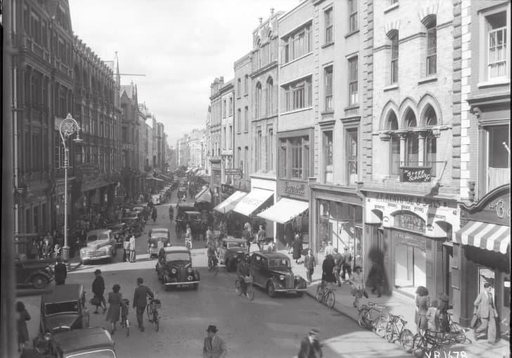 1940 calle repleta de personas