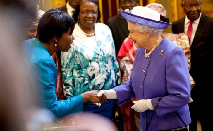 Reina Isabel II saludando de mano