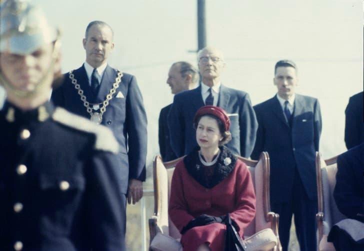 Reina Isabel II sentada