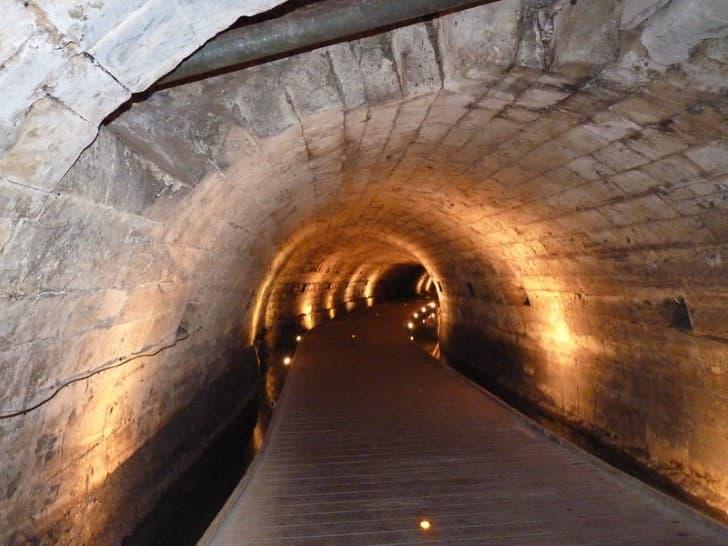 Tunel de los Templarios en Fortaleza de Acre iluminacion interior