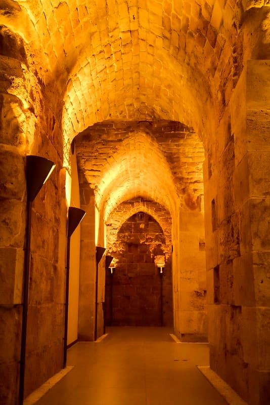 Tunel de los Templarios en Fortaleza de Acre iluminacion sepia