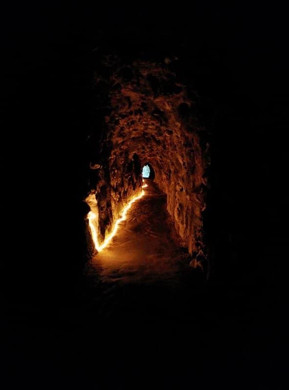 Tunel de los Templarios en Fortaleza de Acre rayos de luz en el interior