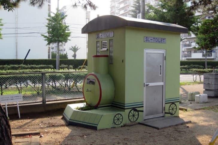 baño publico con forma de tren