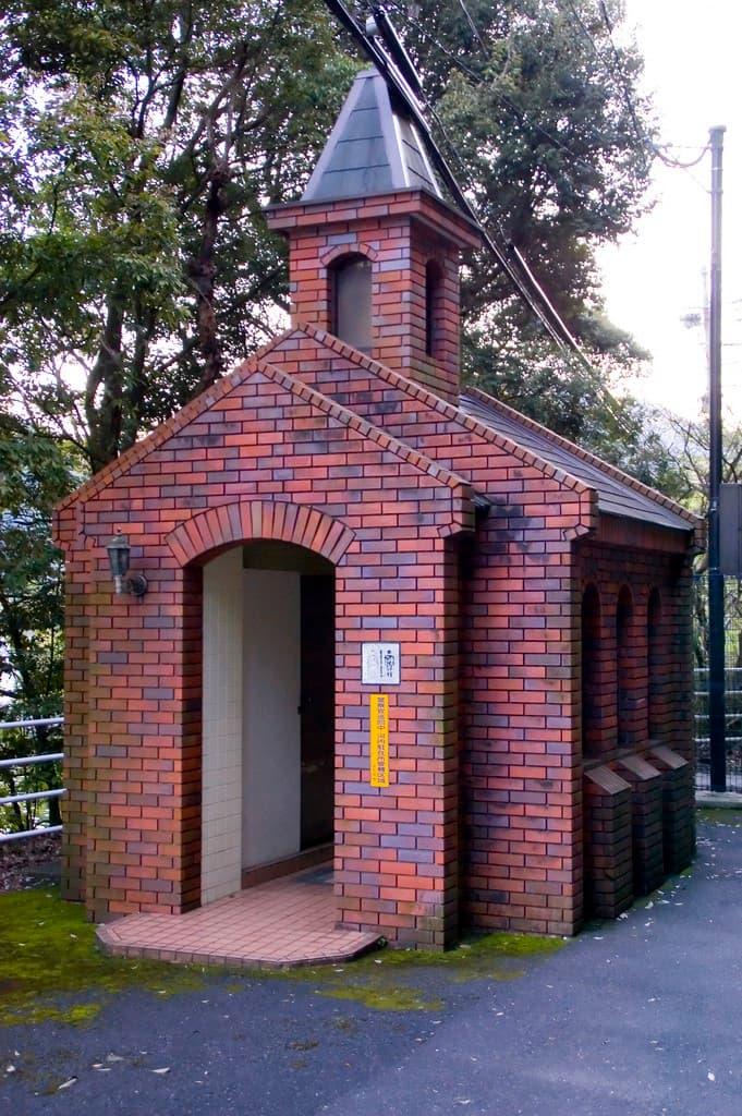 baño publico en japon con forma de iglesia