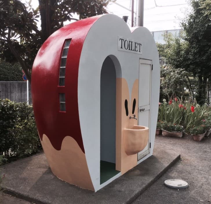 baño punlico en japon con forma de manzana