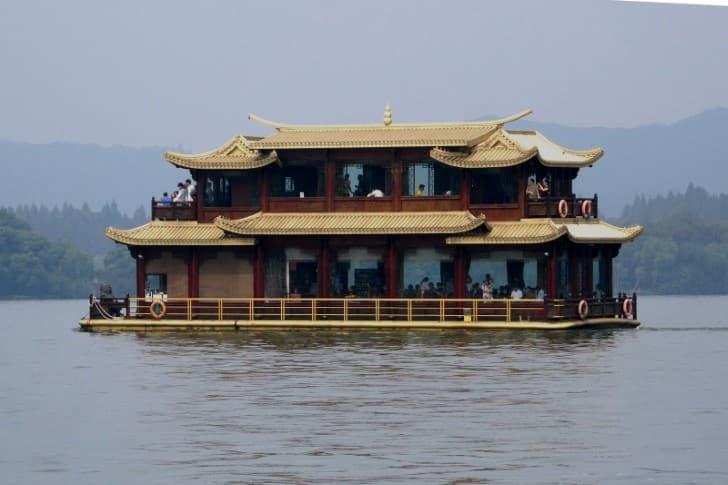 bote con forma de templo chino