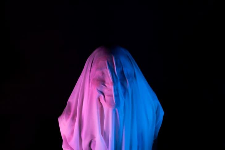 fantasma oculto tras una sabana rosa y azul