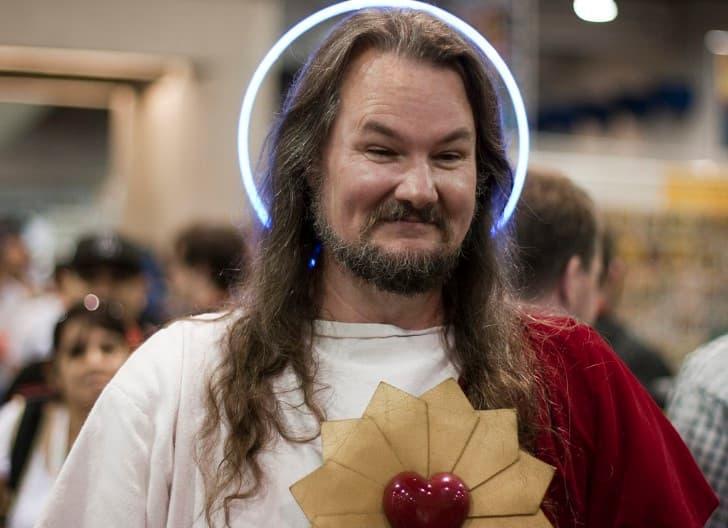 hombre disfrazado de jesus