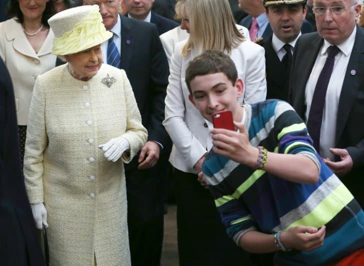 joven tomando selfie de la reina isabel II
