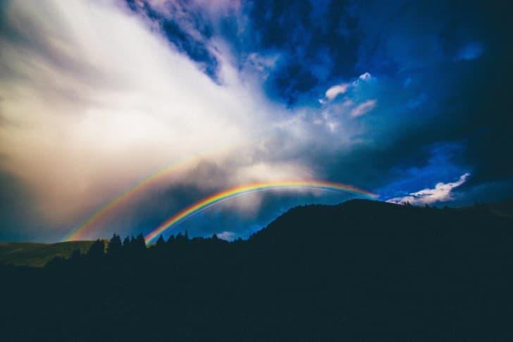 los colores del arcoisis en un cielo nublado