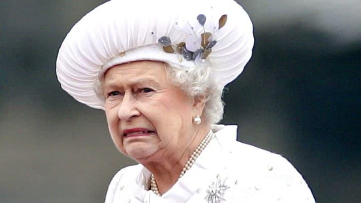 rostro disgustado de la reina isabel ii