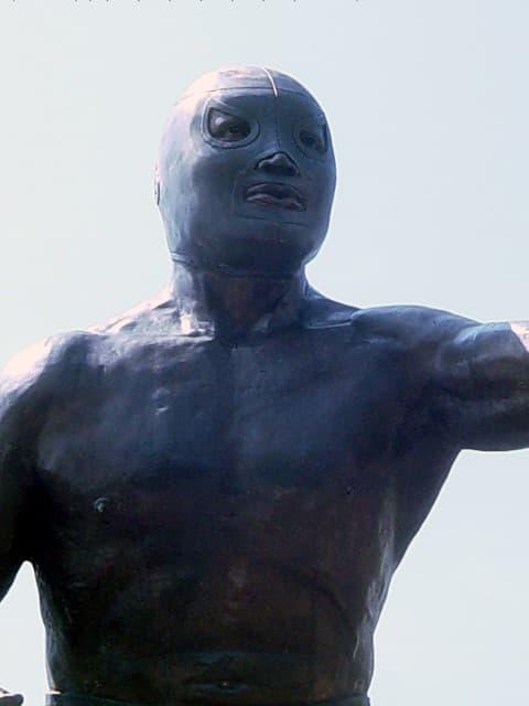 santo el enmascarado de plata estatua