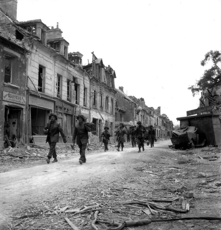 soldados marchando en la segunda guerra mundial