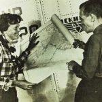 Amelia Earhart revisando unos planos