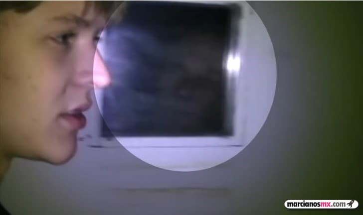 fantasma en la ventana de una prision