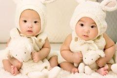 gemelos vestidos de conejo