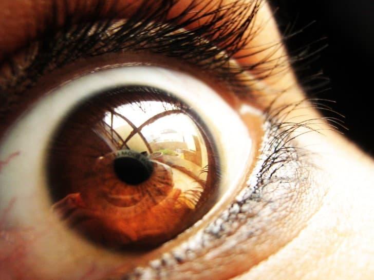 mujer aterrada ojo