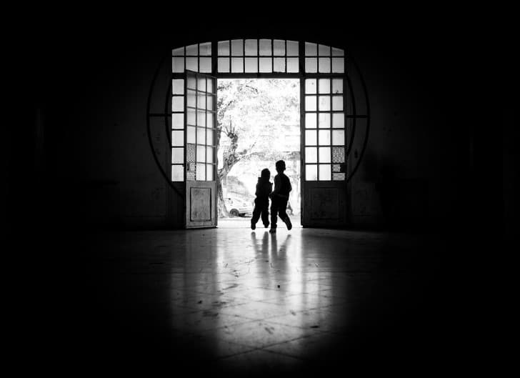 niños jugando en una habitacion oscura