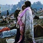 pareja abrazandose en woodstock fotografia historica