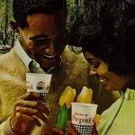 pareja afro tomando pepsi