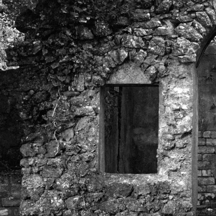 ronstro de un fantasma en unas ruinas