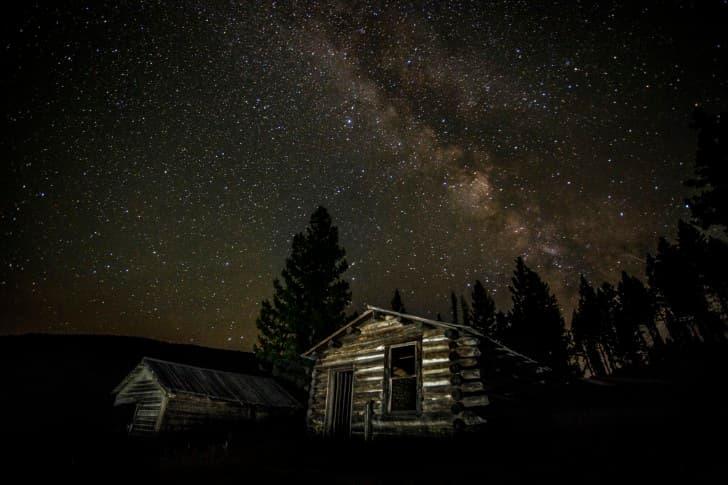 cabaña en la noche