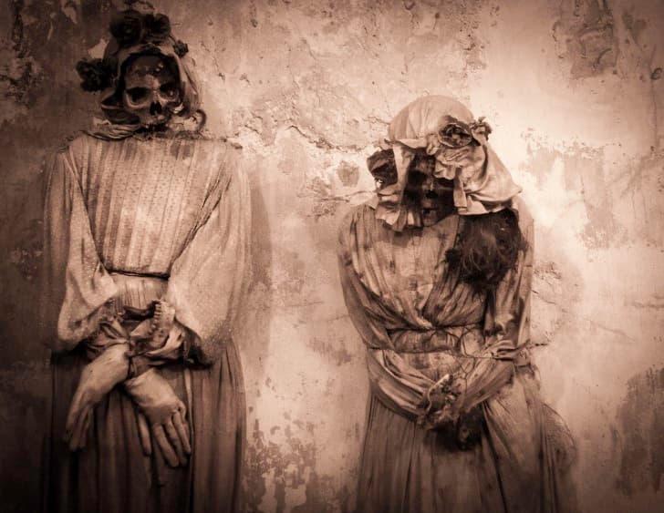 dos esqueletos momificados