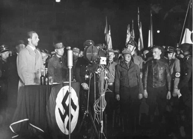 goebbels dando un discurso el 10 de mayo de 1933