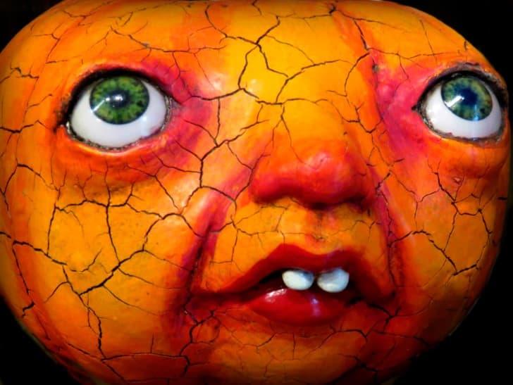 rostro de una muñeca aterradora