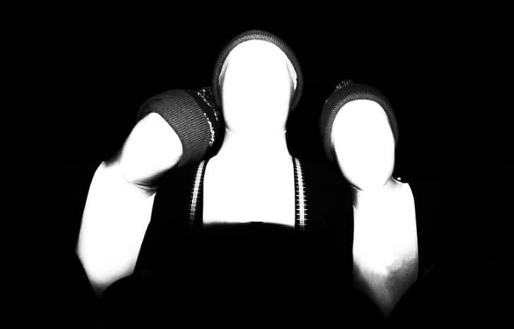 tres seres palidos sin rostro