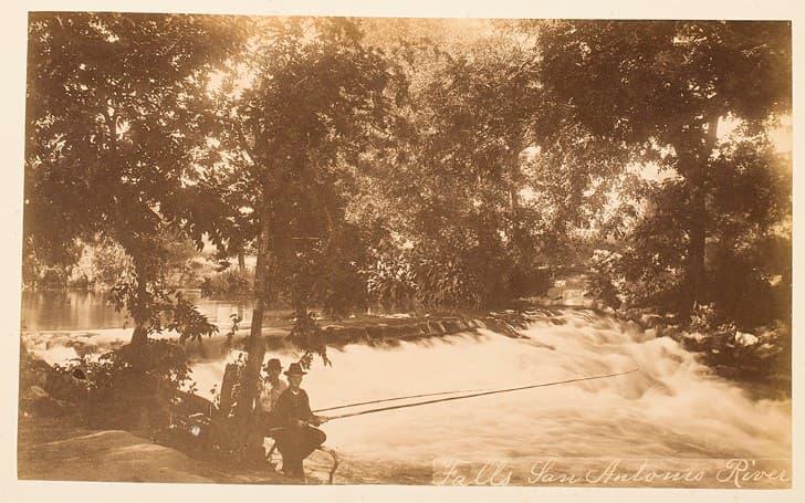 foto antigua tono sepia hombres pescando