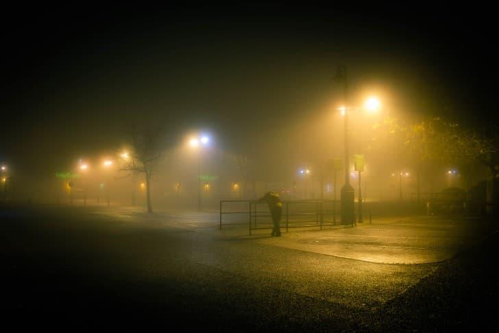 hombre triste en la niebla