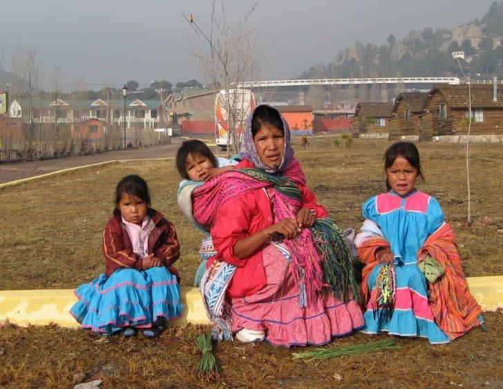 madre e hijas taraumaras