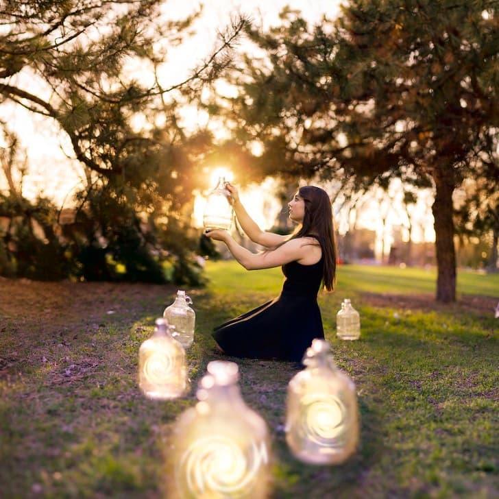 mujer con tarros de cristal luminosos