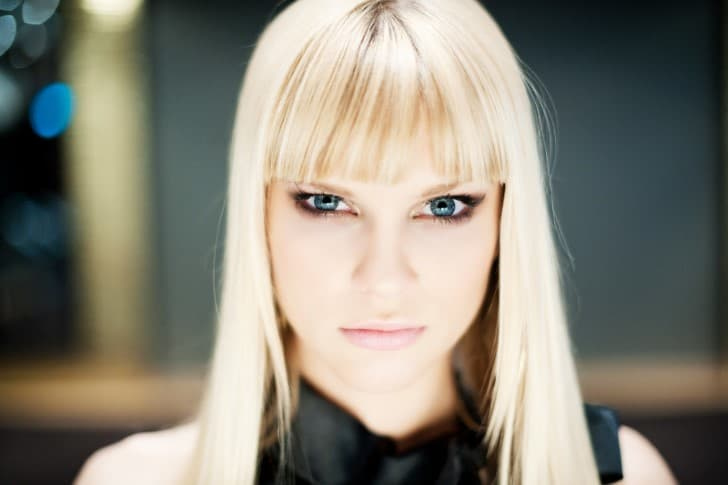 mujer rubia closeup mirada ojos verdes