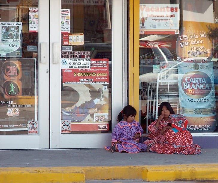 niños tarahumara jugando afuerda de un oxxo