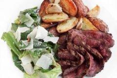 almuerzo carne y papas con ensalada
