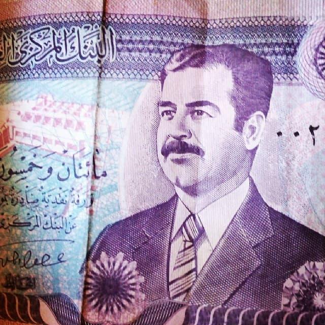 billete con la figura de saddam hussein