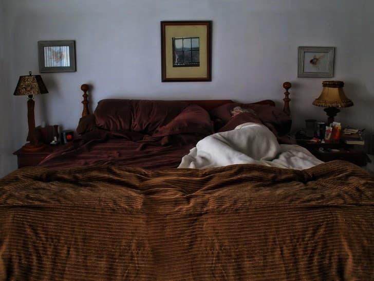 durmiendo en una cama