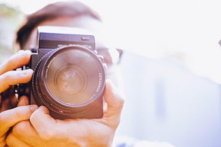 fotografo con camara en mano