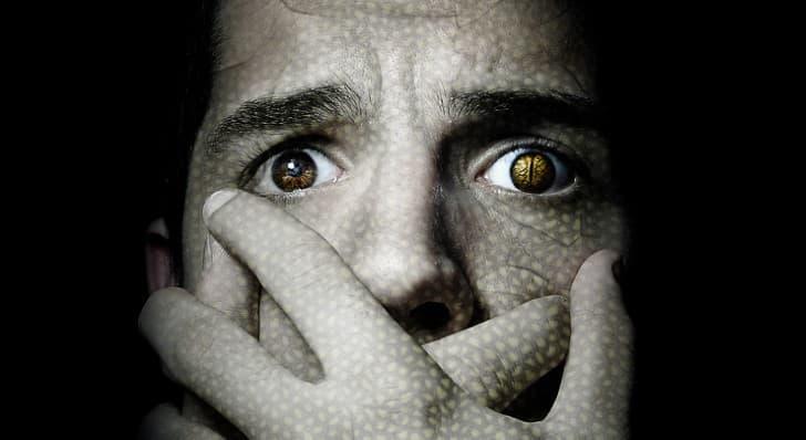 humanos con ojos de serpiente