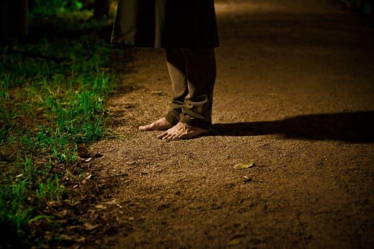pies de una persona caminando en la noche