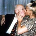 Anna Nicole Smith y J. Howard Marshall II besandose