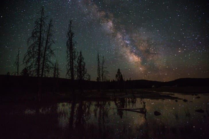 la Via Lactea vista desde un lago