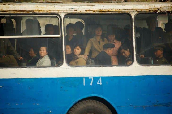 norcoreanos en un autobus