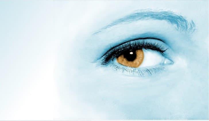 ojo de mujer observando